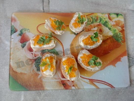 украшаем бутерброды с икрой веточками петрушки