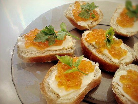 бутерброды с икрой красной фото
