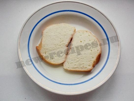обмакиваем хлеб в молоко второй стороной