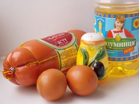 ингредиенты для яичницы с колбасой