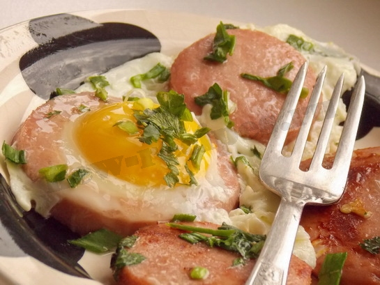 яичница с колбасой готова
