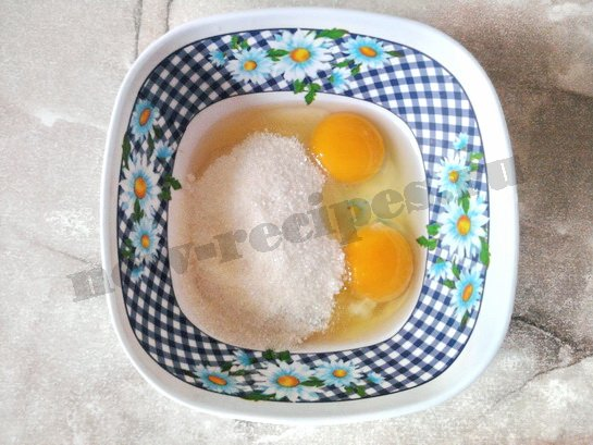 растираем яйца с сахаром