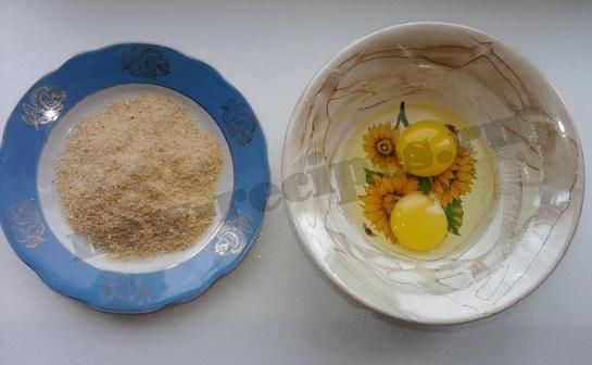 приготовим две тарелки - с яйцом и с сухариками