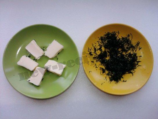 готовим блюдца с маслом и зеленью