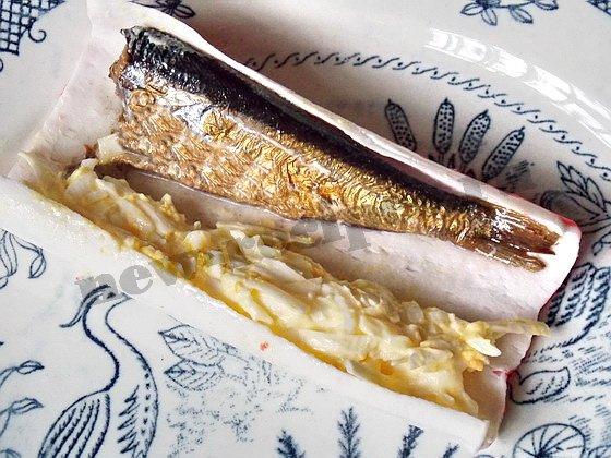 заворачиваем в крабовые палочки плавленый сырок с яйцом и шпроты