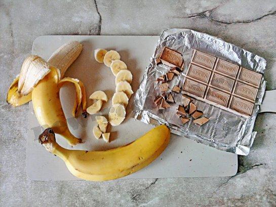 банан режем кусочками, шоколад крошим
