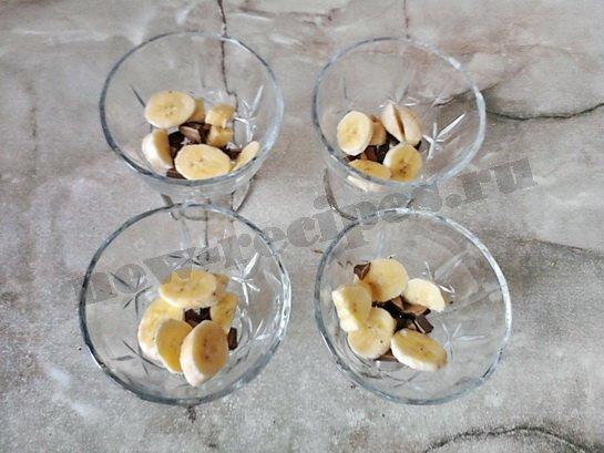кладём в креманки банан и шоколад
