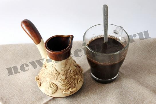 Переливаем кофе в чашку