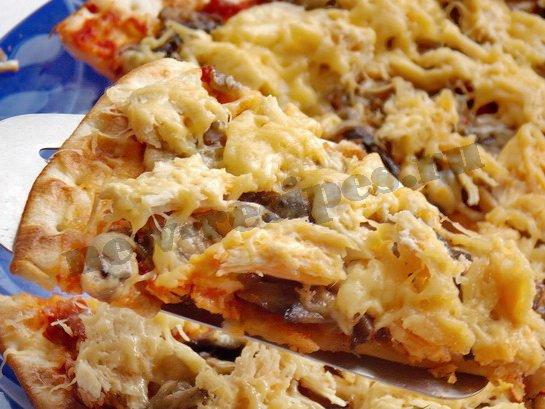 пицца с грибами и курицей готова
