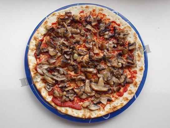 выкладываем на пиццу шампиньоны