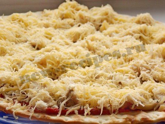 посыпаем пиццу тёртым сыром