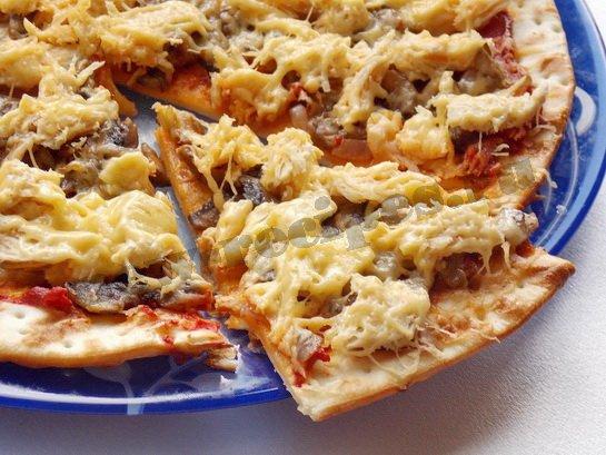 пицца с шампиньонами и курицей