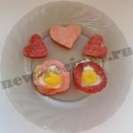 Симпатичный завтрак для любимых — яичница с колбасой «Сердечки»