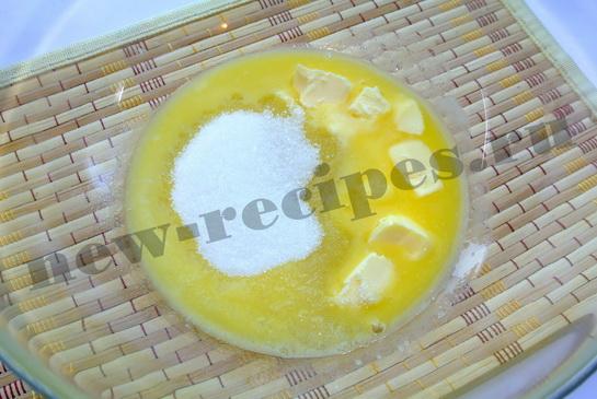 Соединим сахар с растопленным маслом