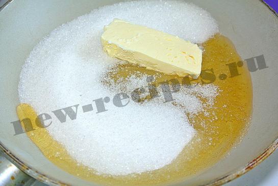 Соединим сливочное масло, мед и сахар