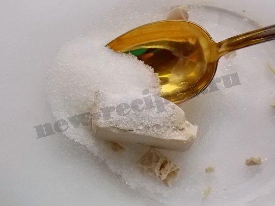 Растираем дрожжи с сахаром