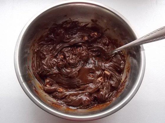 перемешиваем шоколад  с орехами