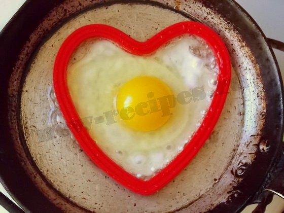 вбиваем яйцо в форму