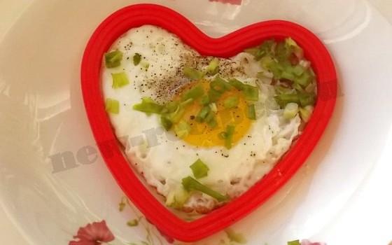 посыпаем яичницу зеленью