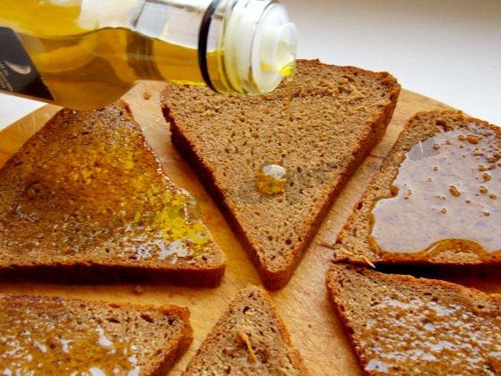 режем хлеб и поливаем оливковым маслом