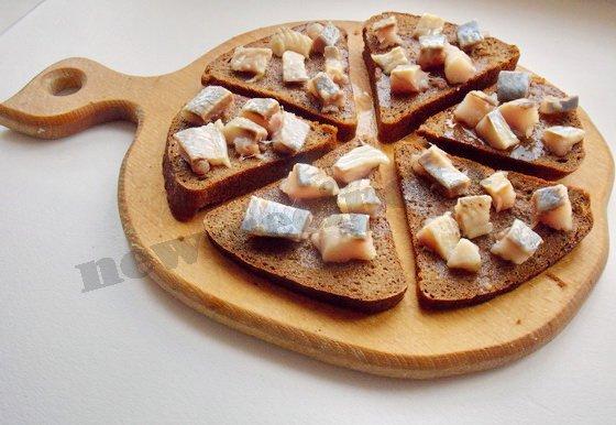 раскладываем кусочки селёдки на бутербродах