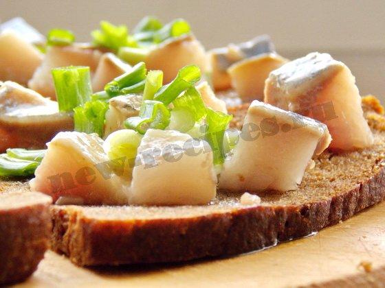 посыпаем бутерброды с селедкой зеленым луком