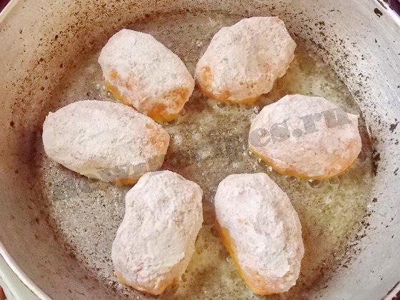 Выкладываем на сковороду с разогретым маслом