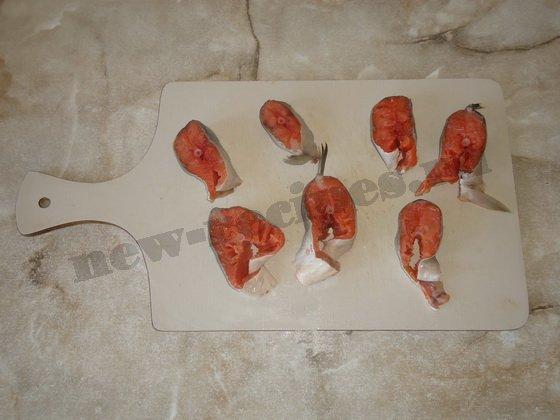 режем красную рыбу кусочками