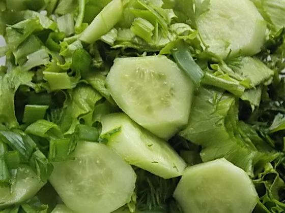 перемешиваем салат, огурцы, зелень