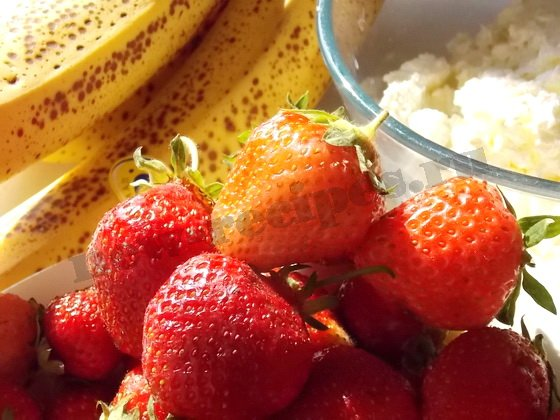 ингреденты для творожно-клубнично-бананового десерта