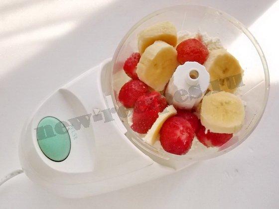 положим творог, ягоды и фрукты в блендер