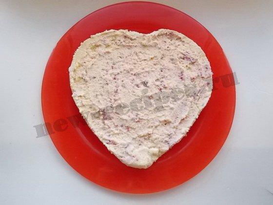 перекладываем охлаждённый чизкейк из формы на блюдо