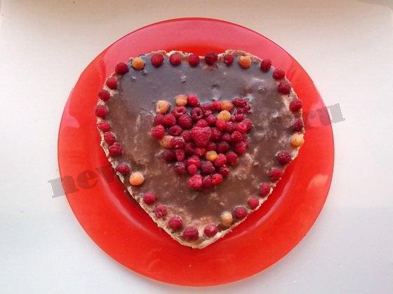 поливаем чизкейк шоколадной глазурью и украшаем малиной