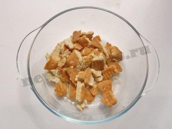 крошим в форму печенье