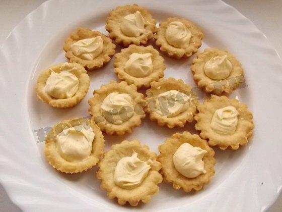 наполняем тартинки сливками, взбитыми с сахарной пудрой