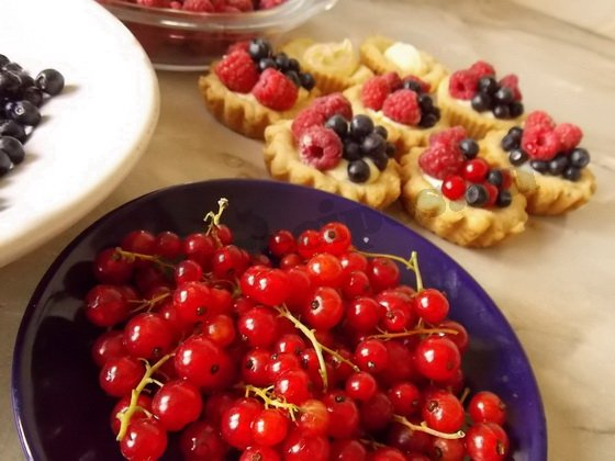 наполняем тартинки ягодами