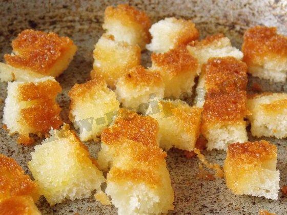 обжарим кубики белого хлеба на растительном масле