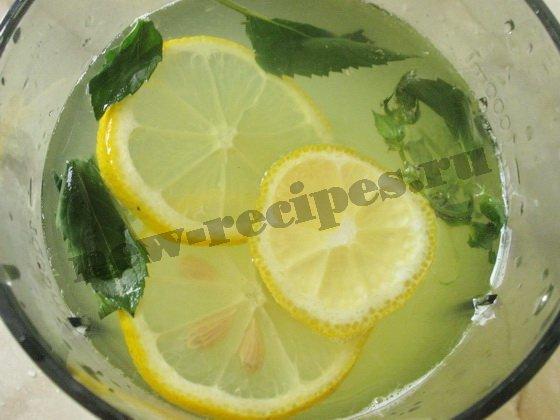 добавляем кружочки лимона и листочки мяты