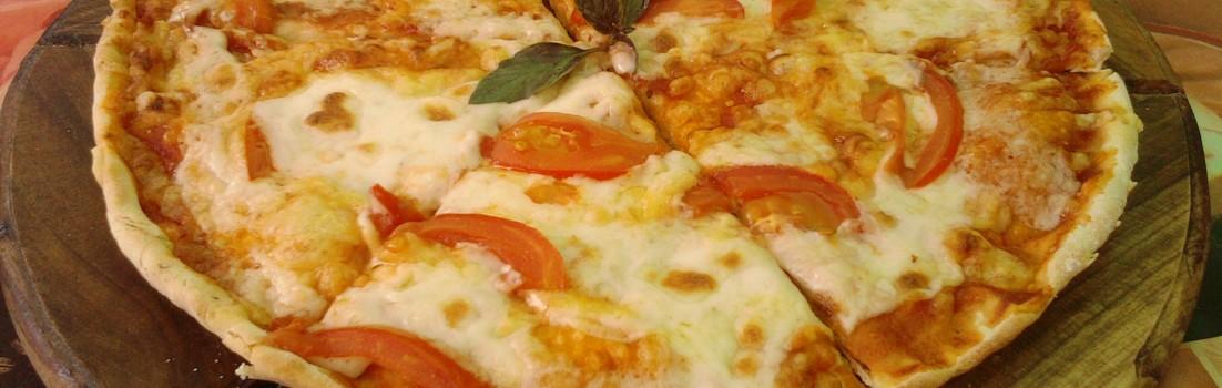 пицца с помидорами и сыром