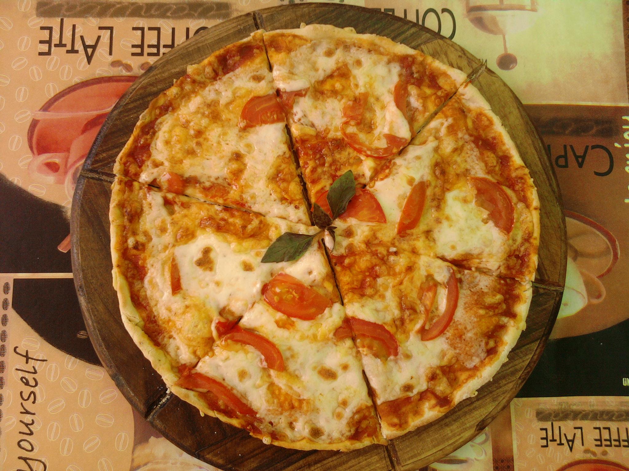 пицца с помидорами и сыром (2)