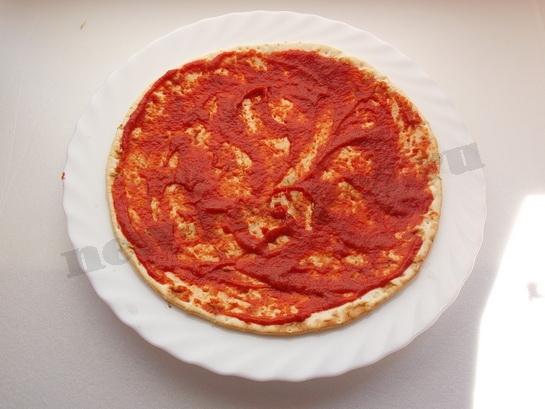 смазываем основу для пиццы томатным соусом