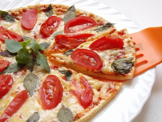 быстрая домашняя пицца с сыром и помидорами