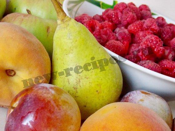 компот из яблок, малины, персиков, слив и груш