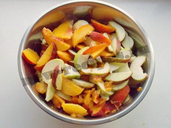 очищенные фрукты режем ломтиками