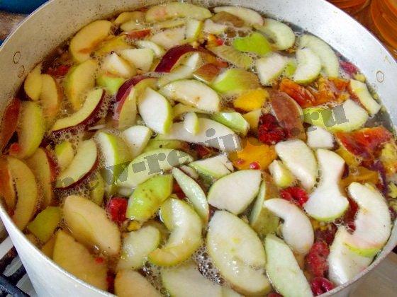 высыпаем фрукты и ягоды в кипящую воду