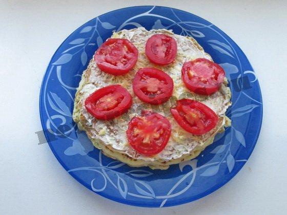 украшаем кабачковый торт помидорными кружочками