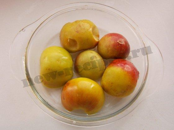 кладём яблоки в форму для запекания