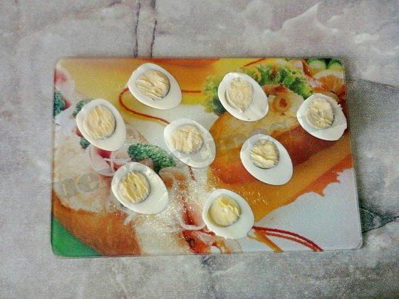 разрезаем варёные вкрутую яйца