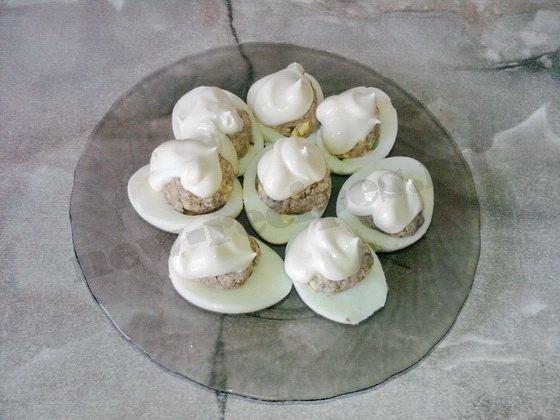 на фаршированные яйца выложим понемногу майонеза