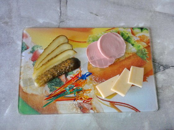 нарежем ломтиками сыр, колбасу, огурцы